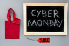 Кибер понедельник слов написанный на классн классном и бумажных сумках для ходить по магазинам на сером взгляд сверху предпосылки Стоковые Фотографии RF