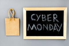 Кибер понедельник слов написанный на классн классном и бумажных сумках для ходить по магазинам на сером взгляд сверху предпосылки Стоковые Изображения RF