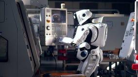 Киборг управляет пультом управления в блоке фабрики сток-видео