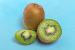 Киви Отрезанный половинно свеже плодоовощ на старой деревянной сини стоковое изображение rf