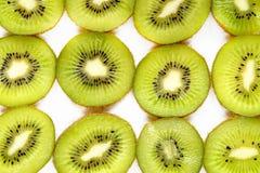киви отрезанный предпосылкой зеленый Стоковые Изображения RF