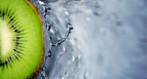 киви плодоовощ над брызгать воду Стоковое Фото