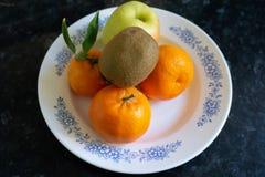 Киви, яблоко и tangerines стоковое изображение