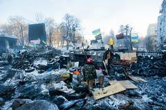 КИЕВ, УКРАИНА: Группа в составе предохранители революционных баррикад стоя около сил специального назначения на снеге загубила ули стоковые изображения rf