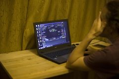 Киев, Украина 05 12 2019: девушка играя онлайн покер для передовицы ноутбука иллюстративной стоковые фото