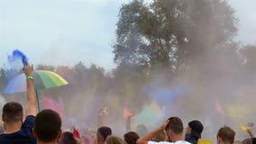 Киев, Украина, июль 2018 - люди поливают один другого с красочными сухими красками