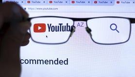 Киев Украина 04 26 2019: Логотип Youtube, видео Youtube товарного знака видео- хозяйничая Насладитесь видео и музыкой o стоковое фото rf