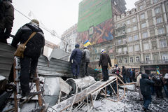 КИЕВ, УКРАИНА: Люди ждут нападение и наблюдают вне p Стоковые Изображения