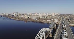 Киев, Украина - 7-ое апреля 2018: Вид с воздуха городского транспорта на мосте Мост Darnitskiy, Киев, Украина акции видеоматериалы