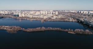 Киев, Украина - 7-ое апреля 2018: Вид с воздуха реки Dnieper с мостом Мост Darnitskiy видеоматериал