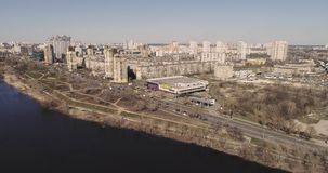 Киев, Украина - 7-ое апреля 2018: вид с воздуха рекреационной зоны Bereznyaki Красивый район Киева около реки Dnieper видеоматериал
