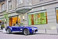 Киев, Украина; 11-ое апреля 2014 Кобра AC в городе автомобиль старый Винтажные автомобили Город стоковые фотографии rf