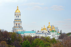 КИЕВ, УКРАИНА - 16-ОЕ АПРЕЛЯ 2017: Куполы и кресты собора St Sophia Собор Sophia взгляда - место всемирного наследия ЮНЕСКО Стоковое фото RF