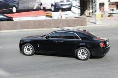 Киев, Украина; 10-ое апреля 2014 Призрак Rolls Royce в движении стоковая фотография