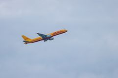КИЕВ, УКРАИНА - 10-ОЕ ИЮЛЯ 2015: Аэробус A300 DHLs Стоковые Фотографии RF