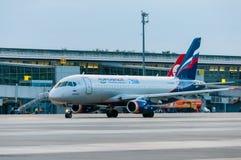 КИЕВ, УКРАИНА - 10-ОЕ ИЮЛЯ 2015: SSJ 195 Aeroflots Стоковые Изображения RF