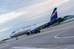 КИЕВ, УКРАИНА - 10-ОЕ ИЮЛЯ 2015: SSJ 195 Aeroflots Стоковые Изображения