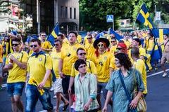 КИЕВ, УКРАИНА - 11-ОЕ ИЮНЯ: Веселя вентиляторы Швеции идут к befo стадиона Стоковые Изображения RF