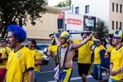 КИЕВ, УКРАИНА - 11-ОЕ ИЮНЯ: Веселя вентиляторы Швеции идут к befo стадиона Стоковое фото RF