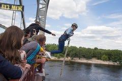 Киев, Украина - 12-ое июня 2016: Девушка пробует в крайности Стоковые Фотографии RF