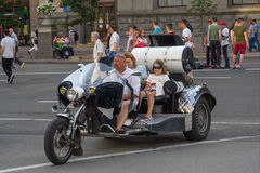 Киев, Украина - 19-ое июня 2016: Езда матери и дочери на мотоцикле Стоковые Изображения