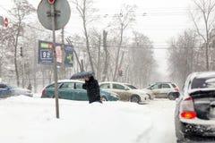 Киев, Украина - 1-ое марта 2018 Сильные снегопады, заморозок и вьюга в Восточной Европе обои вектора движения варенья автомобилей Стоковое Фото