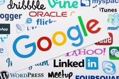 КИЕВ, УКРАИНА - 10-ОЕ МАРТА 2017: Google, linkedin, логотип yahoo напечатал на бумаге Насмешка вверх Взгляд сверху и выше стоковое фото rf