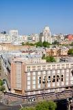 КИЕВ, УКРАИНА 6-ое мая: Взгляд на одном из самых больших магазинов Киева, расположенных в центре города.  Фасад buil Стоковые Изображения