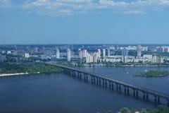 Киев, Украина - 25-ое мая 2015: Вид с воздуха зданий города и частные дома от монументальной статуи будут матерью родины Стоковая Фотография