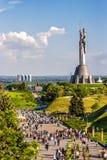 КИЕВ, УКРАИНА - 9-ОЕ МАЯ: Памятник родины также известный как Rodina-Mat, украшенное с красным венком цветка мака на победе Стоковое фото RF