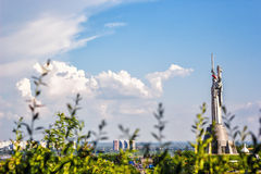 КИЕВ, УКРАИНА - 9-ОЕ МАЯ: Памятник родины также известный как Rodina-Mat, украшенное с красным венком цветка мака на победе Стоковые Изображения