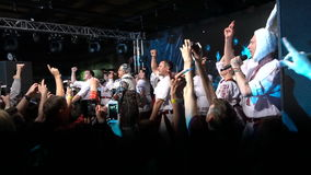 КИЕВ, УКРАИНА - 7-ОЕ МАЯ 2017: Партия в украинском стиле Verka Serduchka поет на этапе акции видеоматериалы