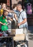 Киев, Украина - 25-ое мая 2013: Уличный торговец стоковая фотография