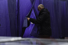 КИЕВ, УКРАИНА - 15-ое ноября 2015: 1.088 из 1.089 избирательных участков раскрыли в Kyiv на 08 00 a M Стоковая Фотография RF