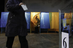 КИЕВ, УКРАИНА - 15-ое ноября 2015: 1.088 из 1.089 избирательных участков раскрыли в Kyiv на 08 00 a M Стоковое Фото