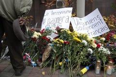 КИЕВ, УКРАИНА - 14-ое ноября 2015: Люди кладут цветки на французское посольство в Киеве в памяти о терактах жертв в Pari Стоковая Фотография RF