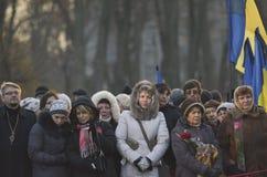 КИЕВ, УКРАИНА - 28-ое ноября 2015: Президент Украины Petro Poroshenko и его жены чествовал жертв голод-геноцида Стоковые Изображения RF