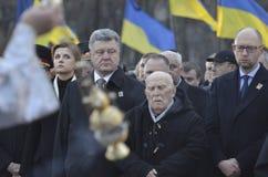 КИЕВ, УКРАИНА - 28-ое ноября 2015: Президент Украины Petro Poroshenko и его жены чествовал жертв голод-геноцида Стоковые Изображения