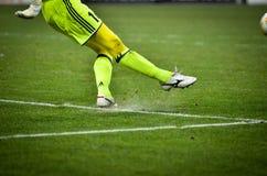 КИЕВ, УКРАИНА - 29-ое ноября 2018: Футболист ударил шарик во время матча лиги Европы UEFA между Vorskla Полтавой против FC стоковая фотография rf