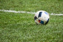 КИЕВ, УКРАИНА - 10-ое ноября: Шарик футбола лежит на dur травы Стоковая Фотография RF