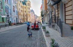 Киев, Украина - 20-ое сентября 2015: Девушки сфотографированы на Podil Стоковые Изображения