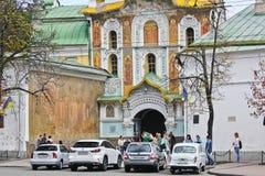 Киев, Украина - 2-ое сентября 2017: Припаркованные автомобили на улице старого города Киева стоковое изображение rf
