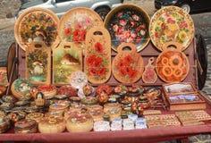 Киев, Украина - 4-ое сентября 2015: Украинские деревянные изделия сувенира на спуске St Andrew стоковое изображение