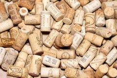 КИЕВ, УКРАИНА - 18-ОЕ ФЕВРАЛЯ: Вино corks редакционная предпосылка с падениями вина 18-ого февраля 2017 в Киеве, Украине Стоковые Изображения
