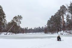 Киев, Украина - 8-ое января 2016: Рыболовы на покрытом снег озере стоковые фотографии rf