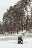 Киев, Украина - 8-ое января 2016: Рыболовы на покрытом снег озере стоковое изображение