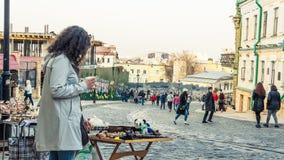 Киев, Украина - 04 06 2019: Туристы идя в исторический центр Киева стоковое изображение