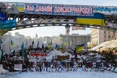 Киев, Украина - февраль 2014 - баррикады против полиции во время Maidan на независимости придает квадратную форму в Киеве, Украин стоковые изображения