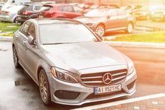 КИЕВ, УКРАИНА - 3-ье ноября 2017: Современное роскошное c-klasse Мерседес-Benz автомобиля стоковые фотографии rf
