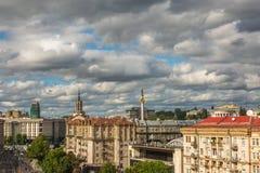 КИЕВ - УКРАИНА - Juluy 2018 Взгляд к улице kreshyatik от верхней части CUM мола стоковые фото